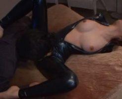 ラバースーツの女捜査官をクンニ責めで悶絶させる