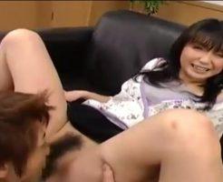 面接中にパンツを脱がされクンニをされる女性