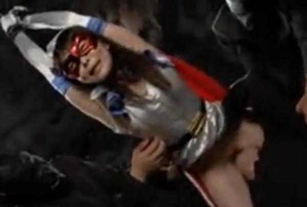 両手を吊り下げられクンニをされるコスプレ美少女