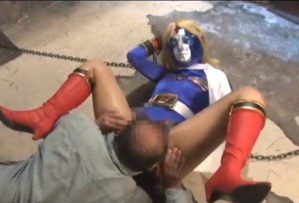 鎖で拘束されマングリ返しで何度イッてもクンニをされまくるヒロイン