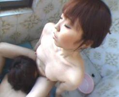 お風呂で浴槽に座りながら体を洗っている間ずっとクンニをされ続けるお姉さん