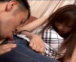 ジーンズのマンコ部分に穴をあけ指でクリトリスを弄び舌でチュウチュウとクンニをされる美女