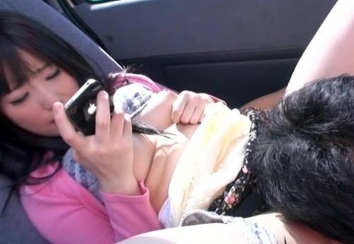 車の中でクンニされる女性