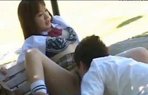 公園のベンチでクンニをする高校生風のカップル