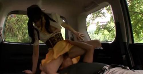コスプレ少女を車内でクンニ三昧