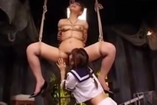 縄で縛り吊り下げられた女教師が女子校生にクンニされる
