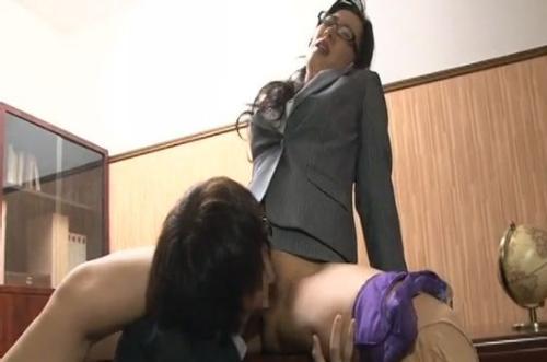 若い男性社員に会社の机の上でクンニさせる女社長