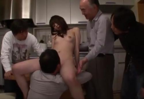 5人のオヤジにじらされながらクンニされる若妻