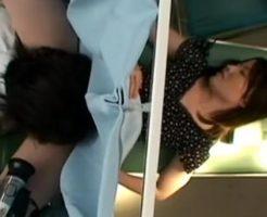 婦人科の診察台でクリトリスいじりとクンニをされる