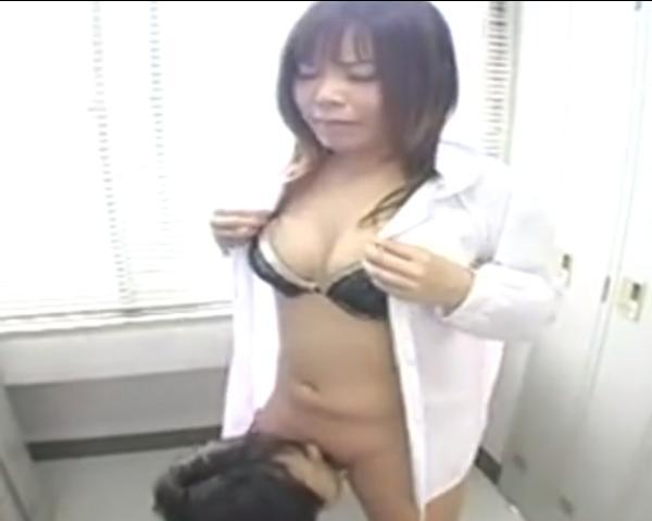 更衣室で立ったままクンニされ続ける女子校生