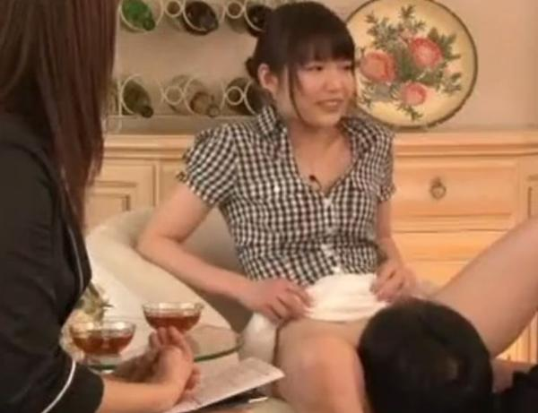 インタビュー中にクンニをされるお姉さん