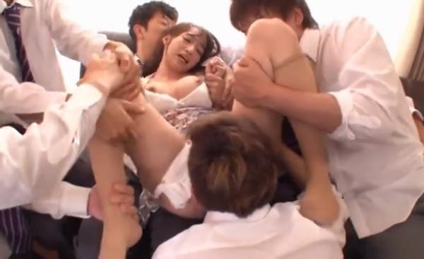 男子生徒たちにいきなり襲われ押さえつけられてクンニをされる女教師