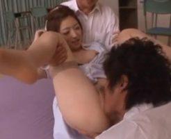 男子生徒と教室で3Pをし足を抱えられてクンニや指マンをされ潮を吹く女教師