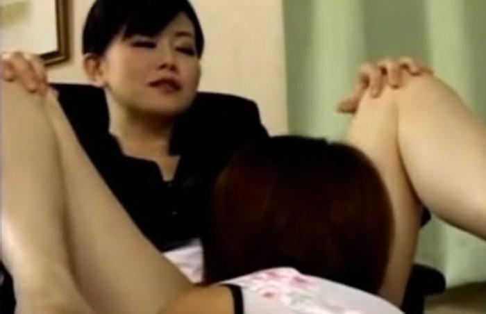 女主人に弱みを握られ足を舐めさせられたり頭を押さえつけられてクンニをさせられる家政婦
