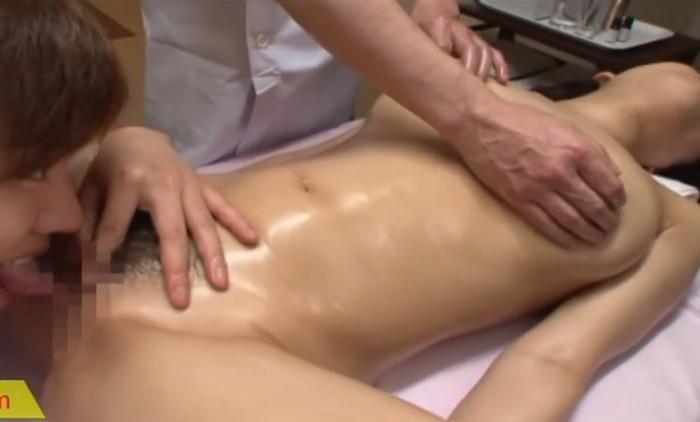 全裸で男性二人からオイルでゆっくりマッサージをされながらのクンニに体をビクビクさせる美女