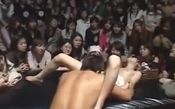 大勢の女性の前で四つん這いで指マンされクンニをされてセックスショーを披露