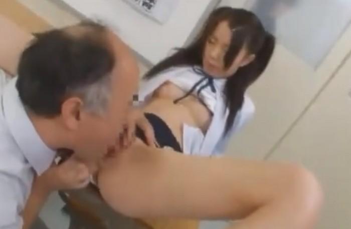 変態エロ教師がツインテールの女子校生を弄ぶ!クリトリスをいじりまわしクンニをする