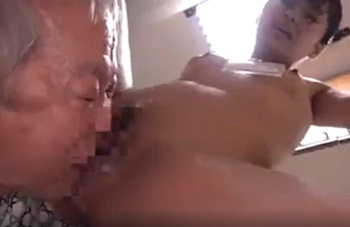 久留木玲 介護士のお姉さんがキッチンで老人にクンニをされ腰を振りまくって大量の潮を吹く